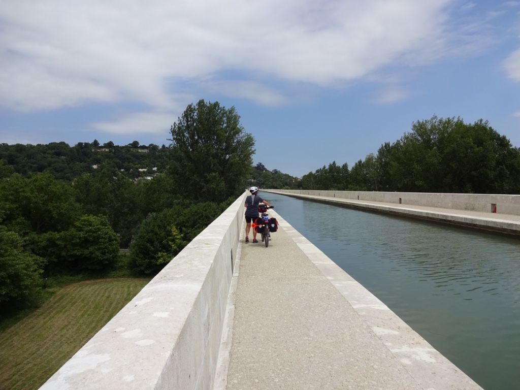 24 passage à pied sur le pont canal d'agen