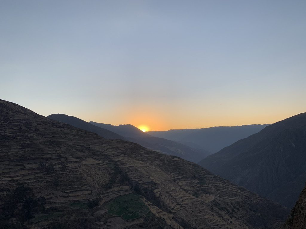Le soleil se couche sur la montagne