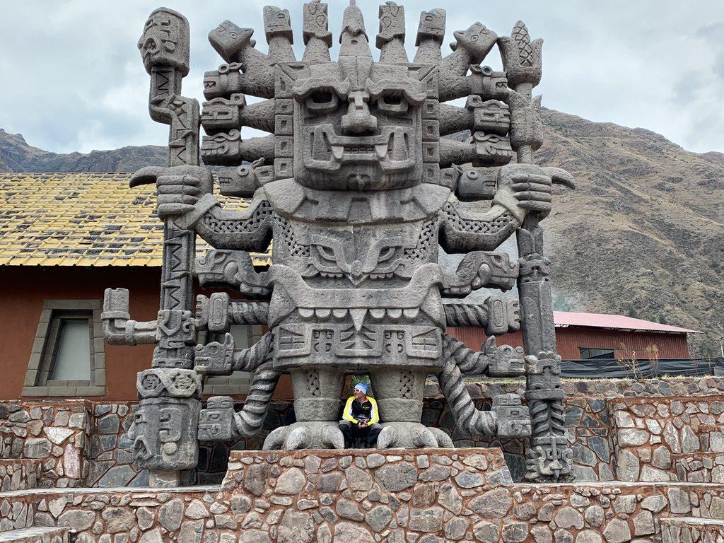 Une statue de belle taille