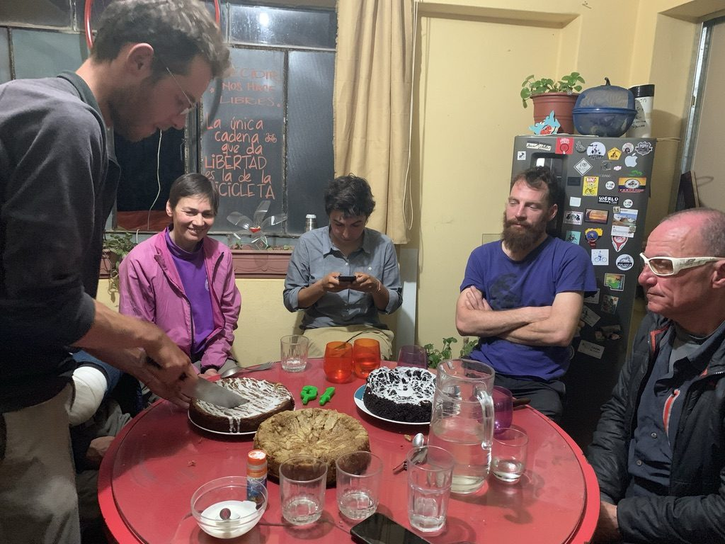 Antonino en el corte del pastel de cumpleaños de la casa