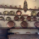Cocina con accesorios de cobre