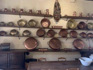Cuisine avec accessoires en cuivre