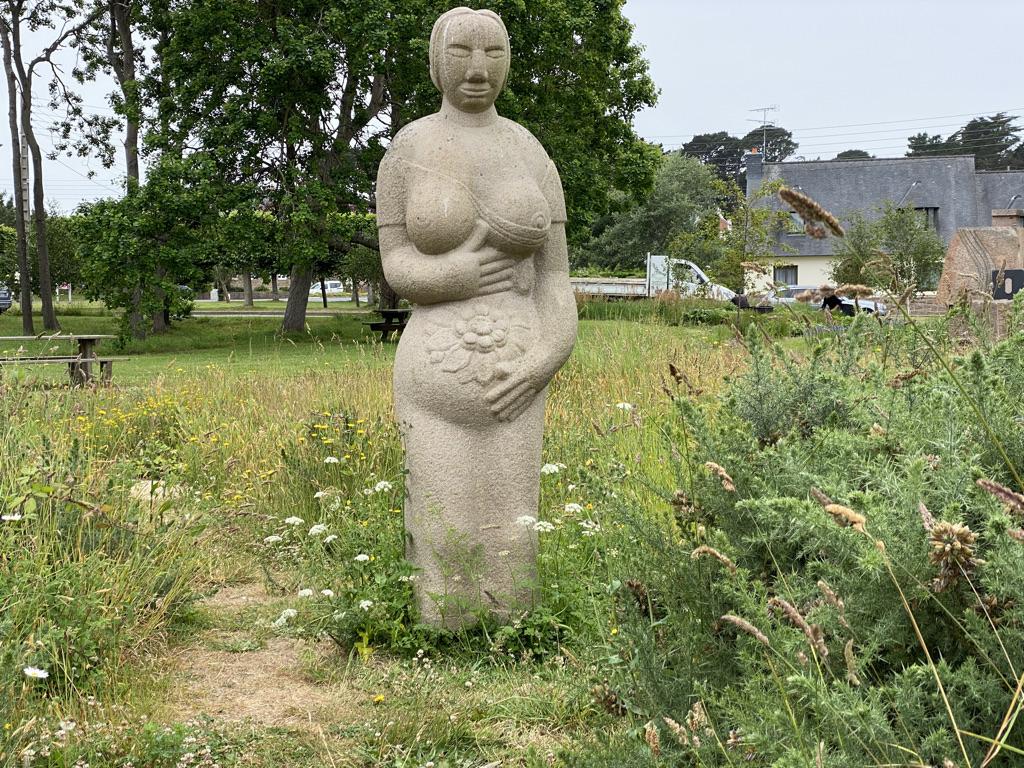 La femme enceinte en granit rose