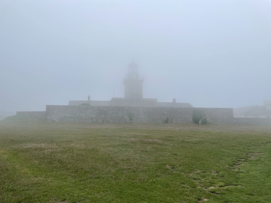 Phare de Carteret dans le brouillard