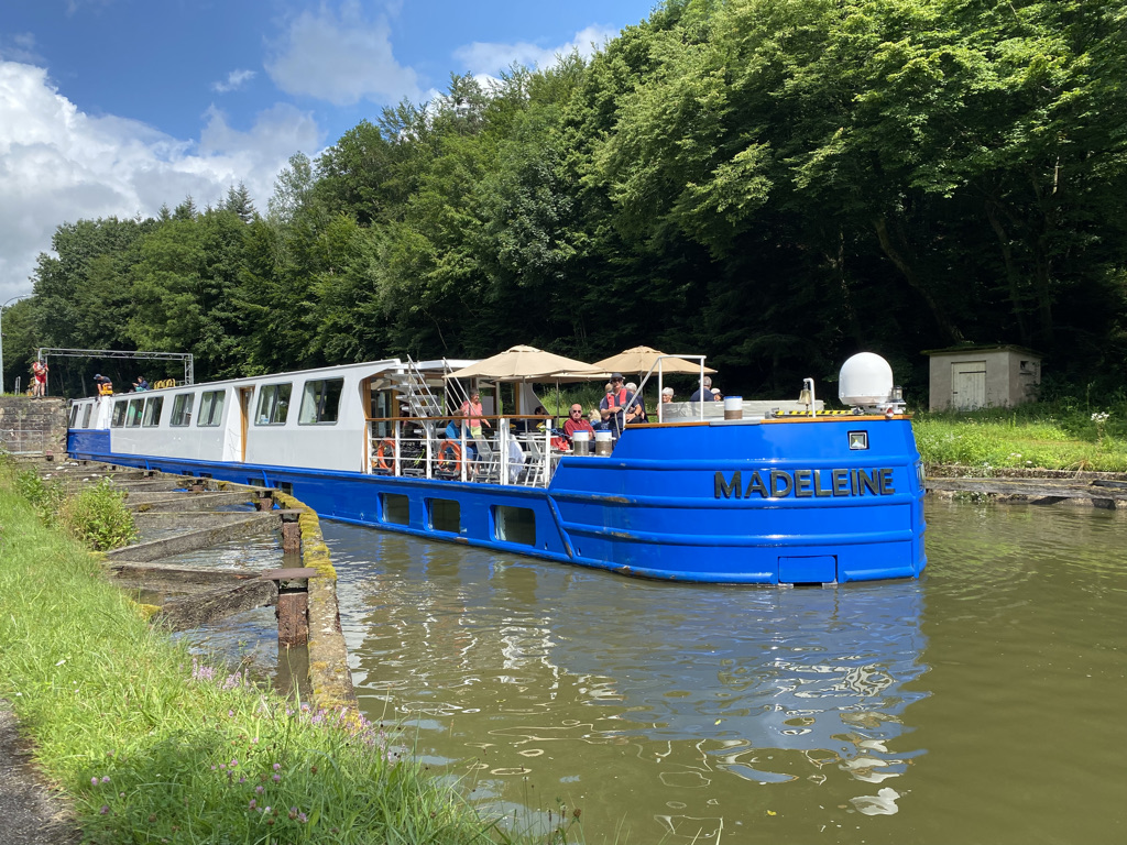 Madeleine circule sur le canal de la Marne au Rhin