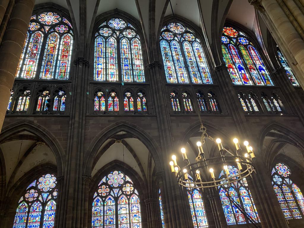 Nombreux vitraux de la cathédrale