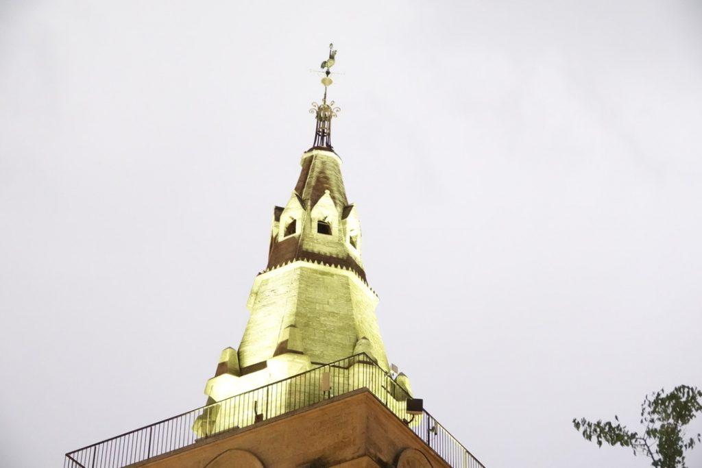 Un clocher dans la grisaille